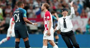 pussy riot invade campo final copa do mundo