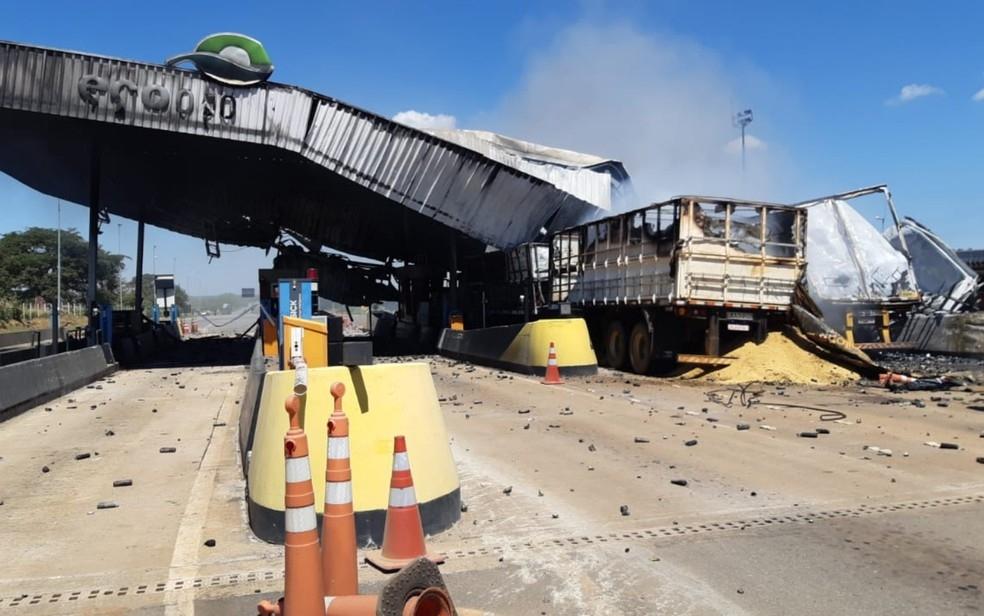 Acidente com duas carretas destri praa de pedgio e interdita a BR-050 Campo Alegre de Gois Foto DivulgaoPRF