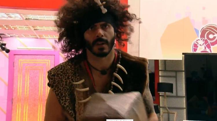 BBB 21 Rodolffo vestido de homem da caverna - Reproduo Globoplay - Reproduo Globoplay